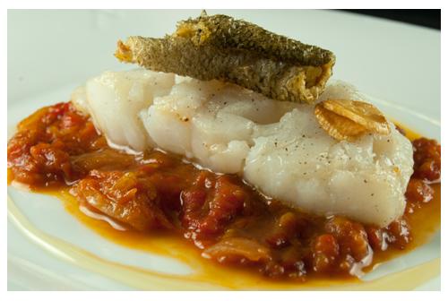 Bacalao confitado con salsa de pimientos asados