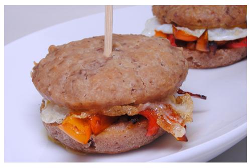 Mini bocadillos (sin gluten) de morcilla con pimientos y huevo