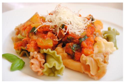 Campanelle con salsa de tomate y albahaca fresca
