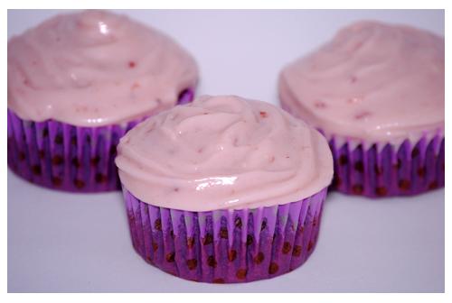 Cupcakes de chocolate y frutas del bosque
