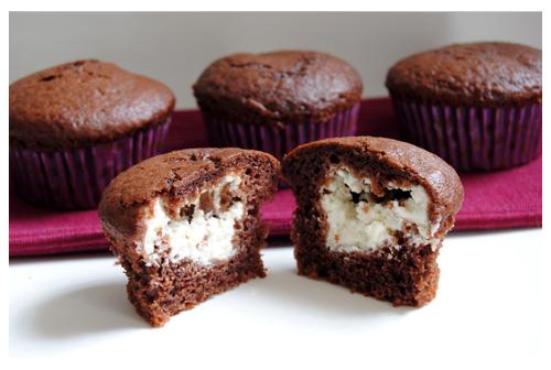 Muffins de chocolate rellenos de crema de queso